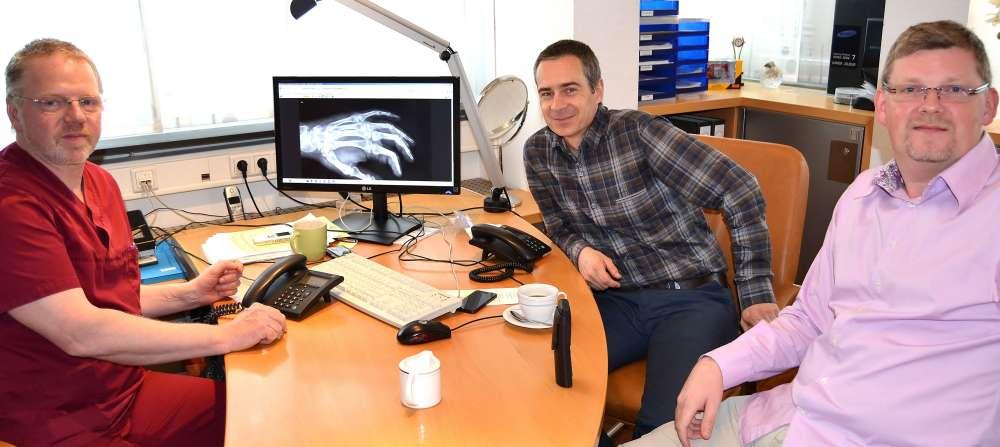 Erkrankungen der Hand: Dr. Michael Ptok, Professor Marcus Lehnhardt und Dr. Christian Möcklinghoff (v.l.) waren in der WAZ-Telefonsprechstunde sehr gefragte Gesprächspartner. Foto: Werner Conrad